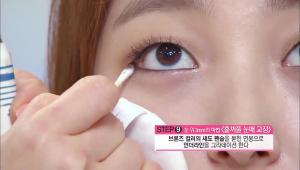 9) 브론즈 컬러의 섀도 펜슬을 묻힌 면봉으로 언더라인을 그라데이션 해주세요. 언더라인을 그라데이션 하면 훨씬 깊이감 있는 눈매를 표현할 수 있습니다.