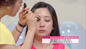 7) 블랙 컬러의 마스카라를 세워서 눈의 앞쪽과 뒤쪽을 길어보이도록 발라주세요.