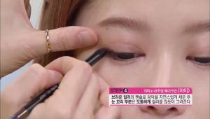 4. 브라운 컬러의 펜슬로 점막을 자연스럽게 채운 후에 눈 꼬리 부분은 도톰하게 컬러를 얹듯이 그려주세요.