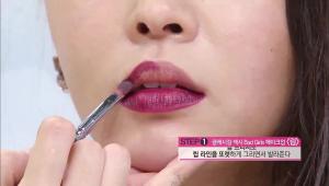 11. 진한 다크 브라운 컬러의 립스틱을 립 브러시로 립 라인을 또렷하게 그리면서 발라주세요.