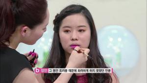 2. 비비드한 핑크 컬러를 사용해서 입술 바깥쪽에서부터 안쪽으로 서서히 진하게 발라주세요.