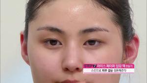 7) 스킨에 적신 화장솜으로 피부 결을 정돈해주세요.