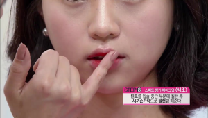 12) 틴트를 입술 중간 부분에 칠한 후에 새끼손가락으로 블렌딩해주세요.