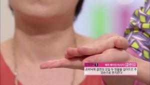 1) 손바닥에 클렌징 오일 두 방울을 떨어뜨린 후 양손으로 문질러주세요.
