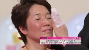 3) 클렌징 티슈를 넓게 펴서 손가락에 감은 후에 양 볼 -> 이마 -> 입가 -> 턱 순으로 얼굴을 닦아주세요.