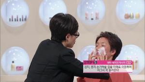 5) 검지, 중지 손가락을 입술 아래쪽으로 이동해서 지그시 꾹 눌러주세요.