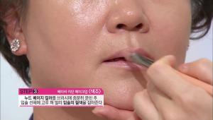 3) 누드 베이지 컬러를 브러시에 충분히 묻힌 후에 입술 전체에 고루 펴 발라 입술의 혈색을 잡아주세요.