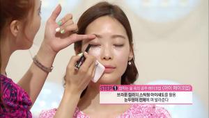 1) 브라운 컬러의 스틱형 아이섀도를 활용해서 눈두덩이 전체에 펴발라주세요.