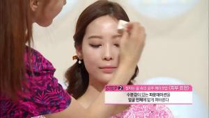 2) 수분감이 있는 파운데이션을 얼굴 전체에 얇게 펴발라주세요.