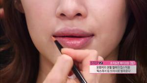 2013년 봄 핫 컬러인 오렌지와 코럴 컬러의 립스틱을 믹스해서 립 브러시로 발라주세요.