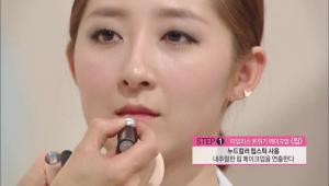 9. 누드컬러 립스틱을 사용해서 내추럴한 립 메이크업을 연출해주세요.