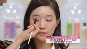 8. 펄이 있는 연한 핑크 컬러의 아이섀도를 눈두덩이에 얇게 발라주세요.