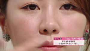 5. 핑크 크림 블러셔를 립 중앙에 톡톡 두드려 발라주세요.
