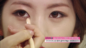 9. 언더라인에 스킨 톤의 글리터 펜슬로 포인트를 주세요. 눈 앞머리 부분까지 발라주면 더욱 촉촉한 눈매를 만들 수 있어요.