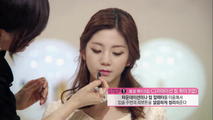 1. 파운데이션이나 립 컬렉터를 이용해서 입술 주변의 피부톤을 깔끔하게 정리해주세요.