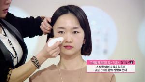 스틱형 아이크림을 활용해서 얼굴 전체를 환하게 밝혀주세요.