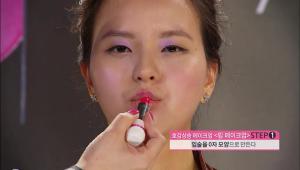 6) 연보라빛 아이 섀도와 어울리는 핫한 핑크빛 컬러의 립스틱을 이용해서 입술을 셀카 찍을 때처럼 우쭈쭈~하는 모양으로 쭉 내밀고, 입술 중앙에 립스틱을 발라주세요.