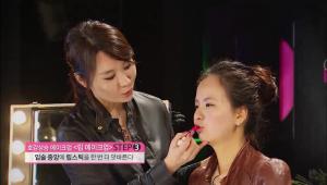 8) 입술 중앙에 립스틱을 한번 더 덧발라서 탱글탱글 젤리 같은 입술을 만들어주세요.