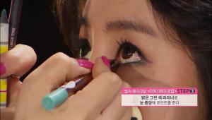 5) 밝은 그린 색 라이너로 눈 중앙에 포인트를 주세요. 컬러 라이너가 눈동자에 반사되어서 더욱 은은하게 빛나는 분위기를 연출한답니다!
