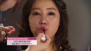 7) 오렌지 컬러의 립스틱을 입술을 셀카 찍을 때처럼 우쭈쭈~하고 내밀고, 입술 중앙에 그라데이션 해주세요.