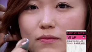 2) 턱 부분에 파운데이션을 밀착시켜 혈색을 막아주세요.