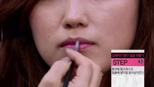 5) 핑크빛 립스틱으로 입술에 생기를 불어 넣어주세요.
