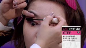 4) 처진 눈꼬리 부분을 중점적으로 터치하며 마스카라를 바른 뒤 눈썹은 깔끔하게 정리해주세요.<br><br> <b>TIP</b>. 짧고 얇은 속눈썹엔 모가 얇고 짧은 마스카라 솔을 사용해주세요!