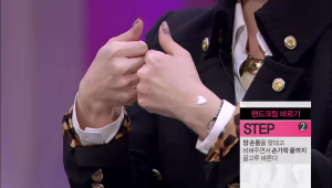 2) 양 손등을 맞대고 비벼주면서 손가락 끝까지 골고루 발라주세요.