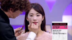 8)매트한 립스틱을 톡톡 찍어 발라 틴트처럼 가볍게 연출해주세요.