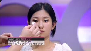8) C존 부위에 페이스 오일을 화장솜에 묻힌 뒤 가볍게 터치하여 윤기있고 생기있는 피부를 연출해주세요.