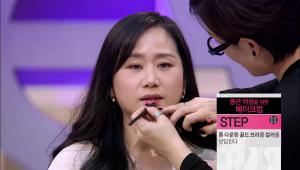 8)입술 중앙에 톤 다운된 핑크 립스틱을 바른 뒤 톤 다운된 골드 브라운 컬러를 덧입혀주세요. 립스틱의 반짝임은 티슈로 살짝 제거해주세요. 입술 라인이 더욱 깔끔하게 정돈될 수 있어요!