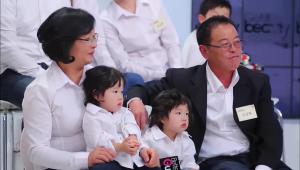 - 쌍둥이네 대가족은 어린 아이들을 고려한 편안하고 자유로운 콘셉트로 가족사진을 촬영했어요! 좌충우돌 대가족의 행복한 가족사진이 완성되었어요!