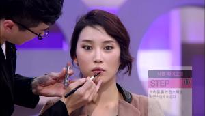 9) 브라운 톤의 립스틱을 입술에 도톰하게 발라주세요.