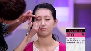 9) 아이글로스에 한 톤 어두운 섀도를 믹스한 후 눈꼬리 부분에 포인트를 넣어주세요.