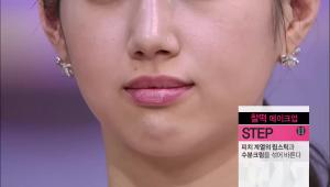 12) 피치 계열의 립스틱과 수분크림을 섞어 발라주세요. 립스틱과 수분크림을 믹스하면 립글로스와는 다른 부드러운 질감을 표현하실 수 있어요!