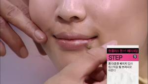 7) <b>톤 다운된 베이지 컬러 립스틱</b>을 립 브러시로 발라주세요.