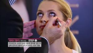 4) 언더라인도 <b>스머지 팁을 이용해 컬러를 입힌 후 살짝 번지게</b> 만들어 눈이 커 보이는 효과를 연출해주세요.