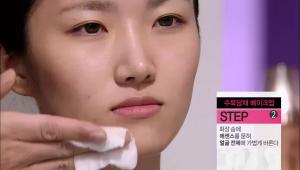 2) 화장 솜에 에센스를 묻혀 얼굴 전체에 가볍게 발라주세요. <br>피부 흡수력이 빠른 에센스를 화장 솜으로 바르면 피부에 겉돌지 않고<br> 충분히 흡수시킬 수 있어요!<br> 건조한 부분에는 한두 번씩 더 발라서 에센스를 충분히 흡수시켜 주세요!