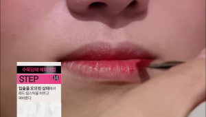 11)  입술을 오므린 상태에서 레드 립스틱을 바르고 펴 발라주세요.