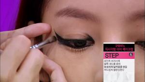 6) 포인트 브러시에 블랙 섀도를 묻혀 눈꼬리의 날카로운 선을 부드럽게 <br> 블렌딩해주세요.