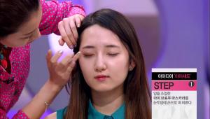 1) 손 등에 아이 브로우 마스카라 액을 묻혀 뭉치지 않도록 양을 조절 해 <br>주세요. <br>양을 조절한 아이 브로우 마스카라를 눈두덩에 손으로 펴 발라 주세요.<br> 눈 꼬리 부분에서 뒤로 1cm정도까지 스머지 해 주시면 돼요!