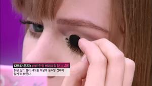 1) 아이 섀도 먼저 시작할게요. 이 제품은 3가지 컬러로 구성되어 1단계부터 5단계까지 사용해요! <br>먼저 밝은 핑크 컬러 섀도를 이용해 눈두덩 전체에 얇게 펴 발라주세요.