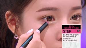 8) 핑크색 아이 섀도를 이용해 눈꼬리 삼각지대 부위 위 아래를 바르고 <br>손으로 그라데이션 해주세요.