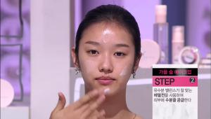 2) 유수분 밸런스가 잘 맞는 에멀전을 사용하여 피부에 수분을 공급해 주세요. 수분 공급은 얼굴 광의 기본 단계랍니다. <br>그리고 피부의 유,수분 밸런스가 잘 잡혀 있어야 파운데이션을 잡아줄 수 있는 피부의 힘이 생겨요!