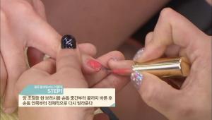 1. 양 조절을 한 브러시를 손톱 중간부터 끝까지 바른 후 손톱 안쪽부터 전체적으로 다시 발라주세요.