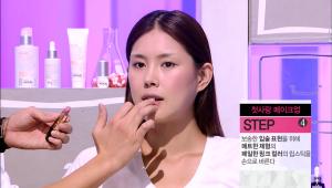 4) 보송한 입술 표현을 위해 매트한 제형의 페일한 핑크 컬러의 립스틱을 손으로 발라주세요. <br>입술을 보송하게 물들인 듯 표현할 때는 손가락으로 두드려 바르는 것이 효과적이에요!