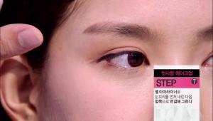 7-1) 젤 아이라이너로 눈꼬리를 먼저 내린 다음 앞쪽으로 연결해 너무 길지 않게 살짝 짧은 느낌으로 아이라인을 그려주세요.