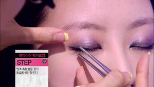 9) 날렵한 눈매를 위해 마스카라를 눈썹 꼬리에만 바르거나 인조 속눈썹을 눈썹 꼬리에만 붙여주세요. 반쪽 속눈썹으로 깊어진 눈매를 볼 수 있어요!