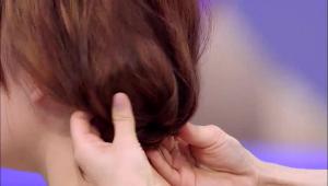 1) 머리를 하나로 묶은 상태에서 남은 머리를 안 쪽으로 넣어주세요.