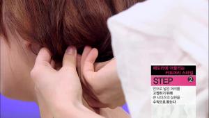 2) 안으로 넣은 머리를 고정하기 위해 큰 사이즈의 실핀을 수직으로 꽂아주세요.